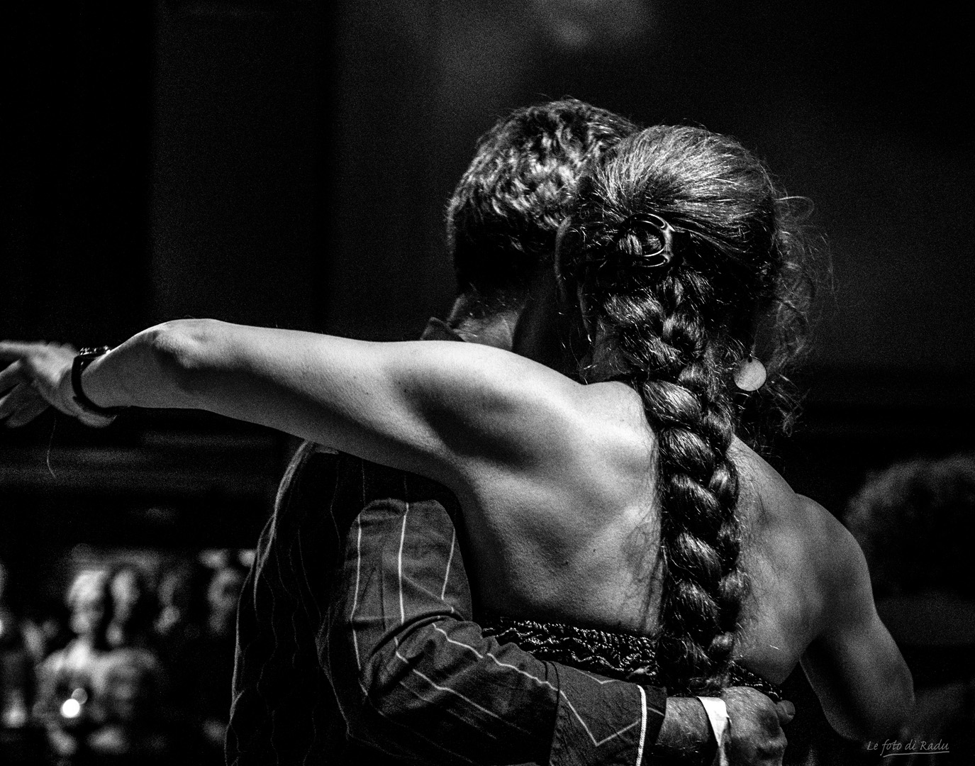coppia di donne ballano il tango, foto in bianco - nero